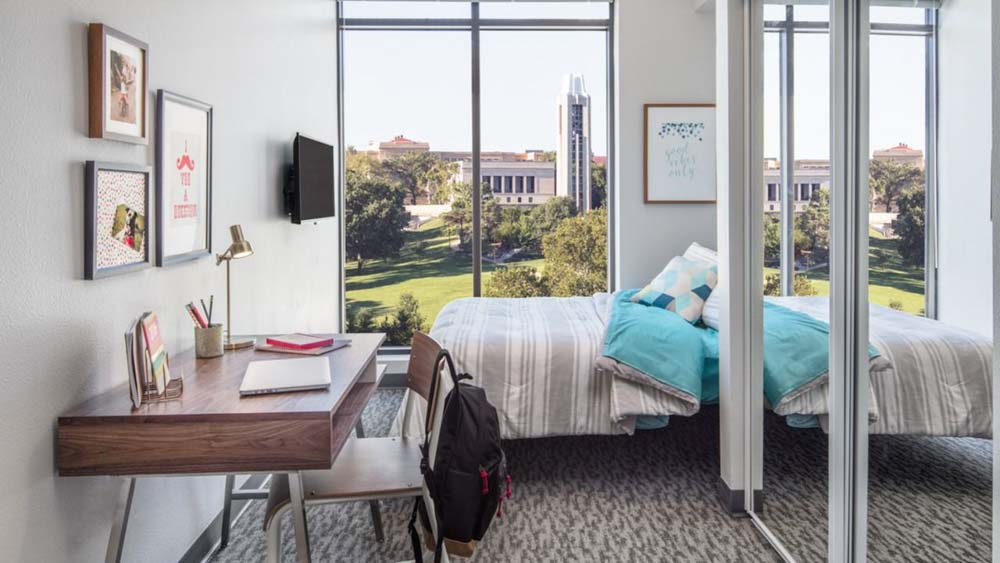 Here-Kansas-Lawrence-KS-Bedroom-With-Study-Desk-Unilodgers