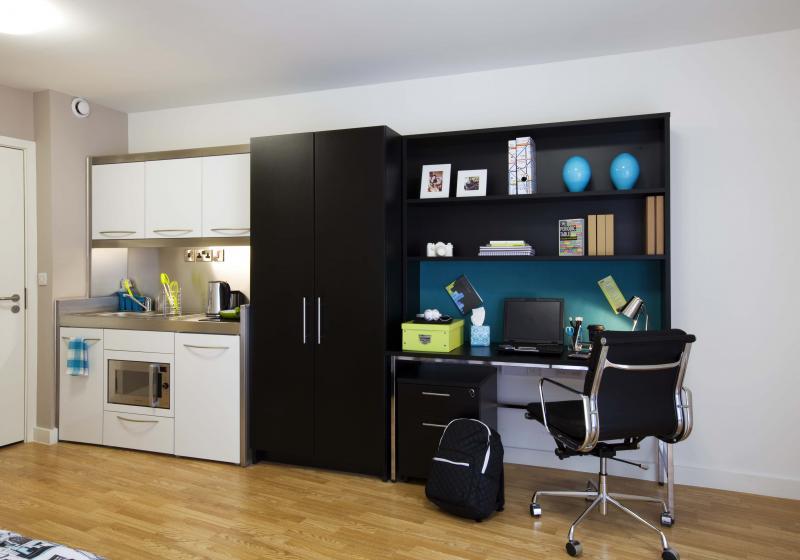 IQ-Bankside-London-Gold-Studio-Study-Desk-Unilodgers