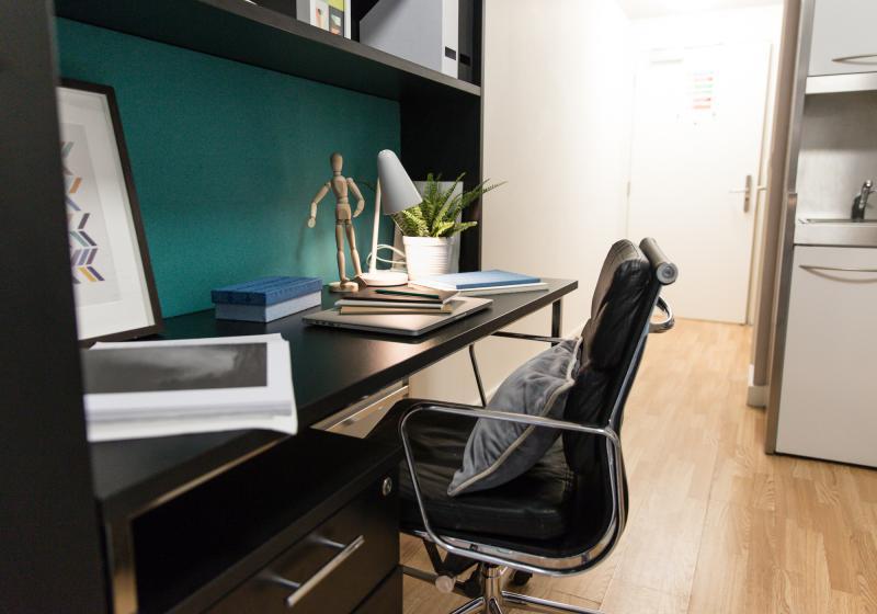 IQ-Bankside-London-Platinum-Studio-Study-Desk-Unilodgers