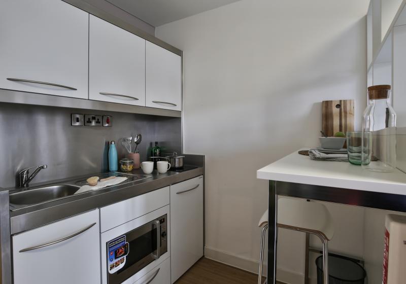 IQ-Bankside-London-Silver-Studio-Kitchen-Unilodgers