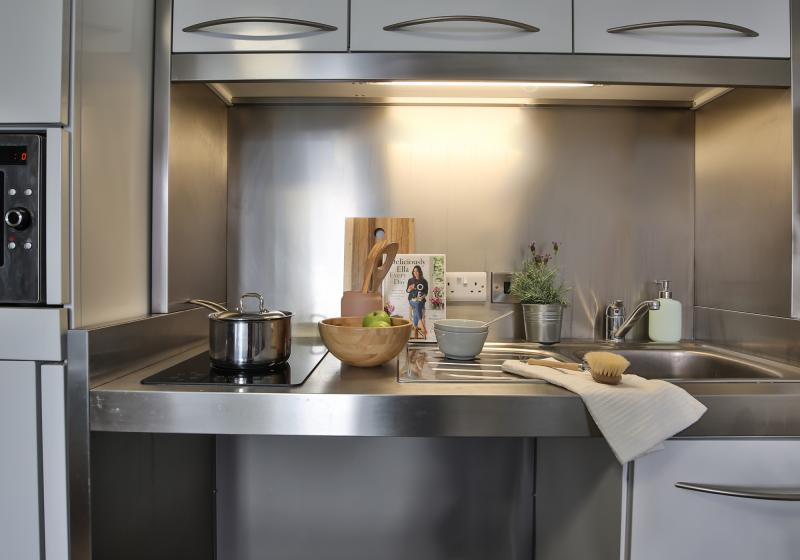 IQ-Bankside-London-Silver-Studio-Plus-Kitchen-Unilodgers
