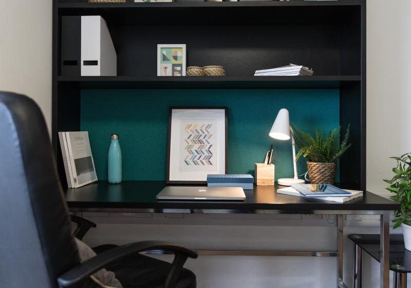 IQ-Bankside-London-Silver-Studio-Plus-Study-Desk-Unilodgers