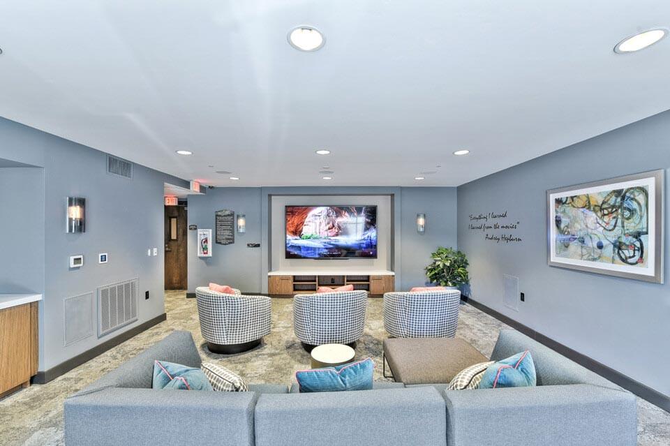 Jefferson-Platinum-Triangle-Anaheim-CA-Lounge-With-Flat-TV-Unilodgers