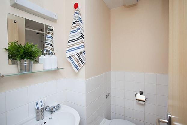 Kincardine-Court-Manchester-Bathroom-Unilodgers