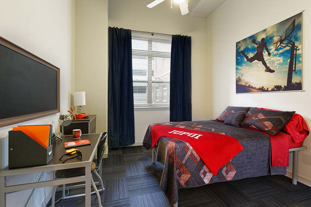 LUX-on-Capitol-Indianapolis-IN-Bedroom-With-Study-Desk-And-Chair-Unilodgers