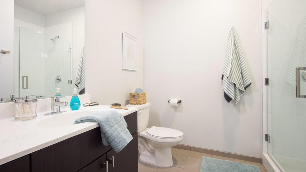 Latitude-Lincoln-NE-Bathroom-Unilodgers