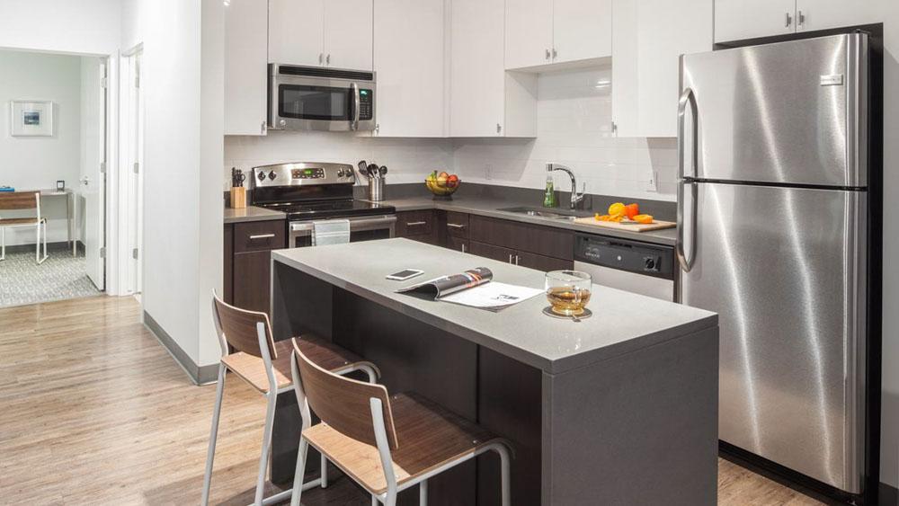 Latitude-Lincoln-NE-Kitchen-With-Breakfast-Bar-Unilodgers