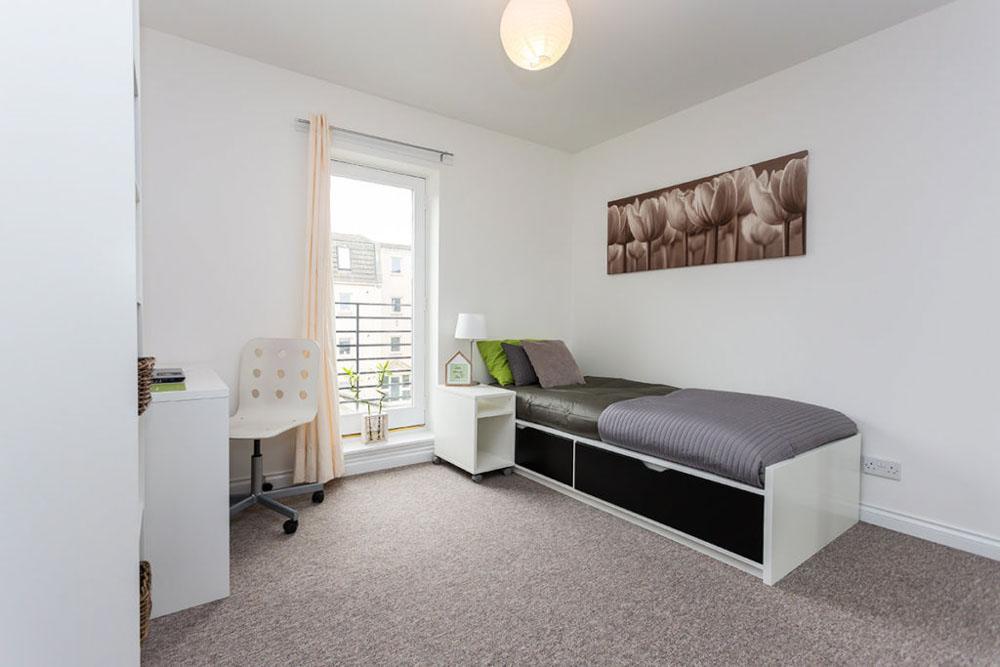 Linksfield-Aberdeen-Bedroom-With-Study-Desk-Unilodgers