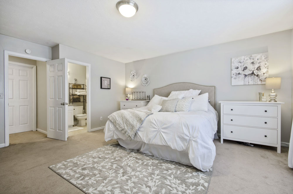 Logan-Square-Auburn-Al-Bedroom-Unilodgers
