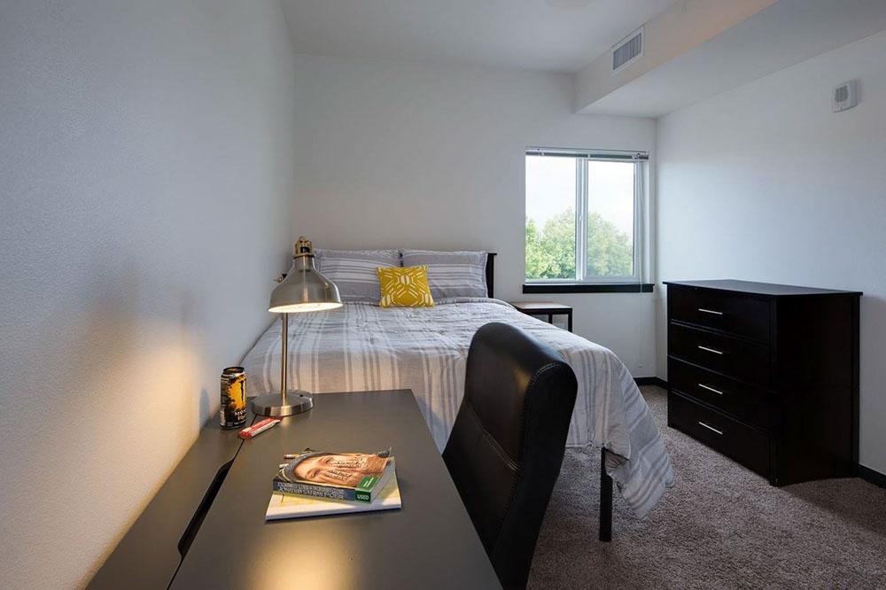 Lokal-Fort-Collins-CO-Bedroom-With-Study-Desk-Unilodgers