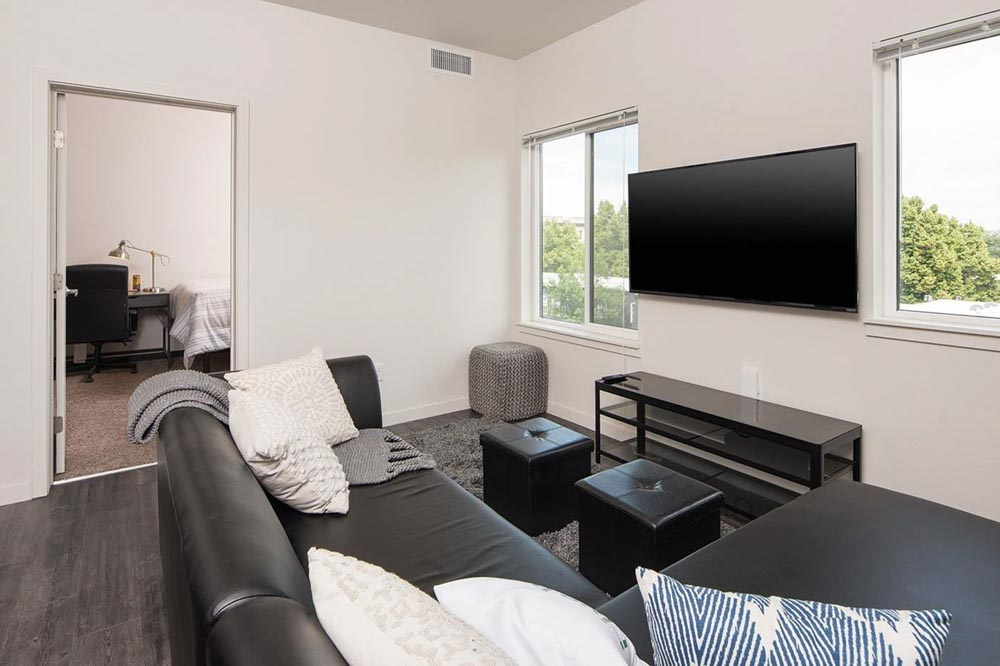 Lokal-Fort-Collins-CO-Living-Area-With-TV-Unilodgers