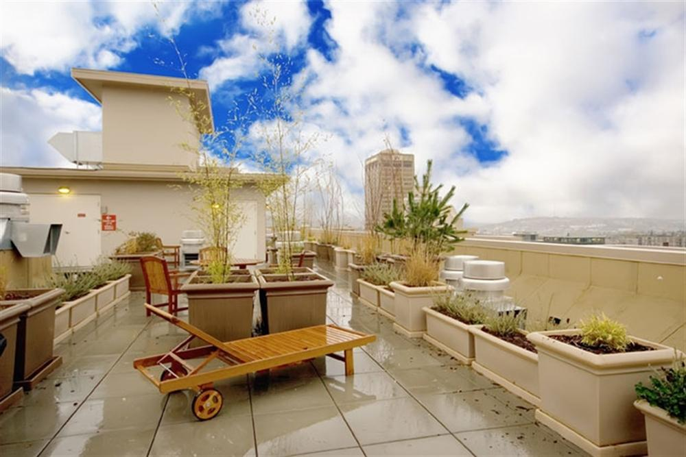 Lothlorien-Apartments-Seattle-WA-Rooftop-Terrace-With-Barbeque-Grill-Unilodgers