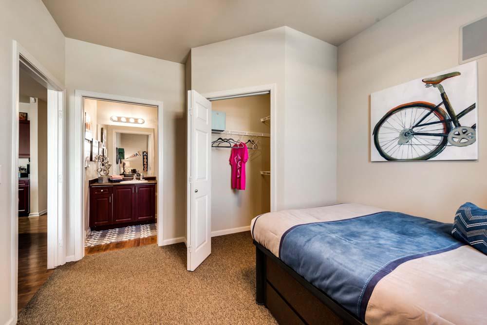 Maverick-Place-Arlington-TX-Bedroom-2-Unilodgers