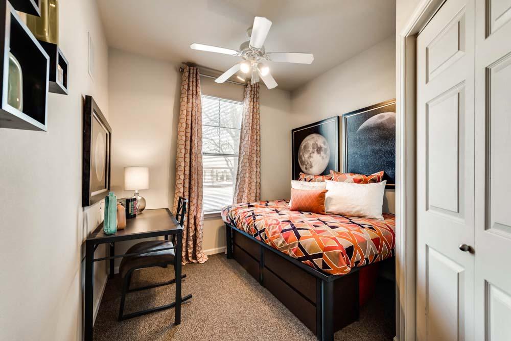 Maverick-Place-Arlington-TX-Bedroom-Unilodgers