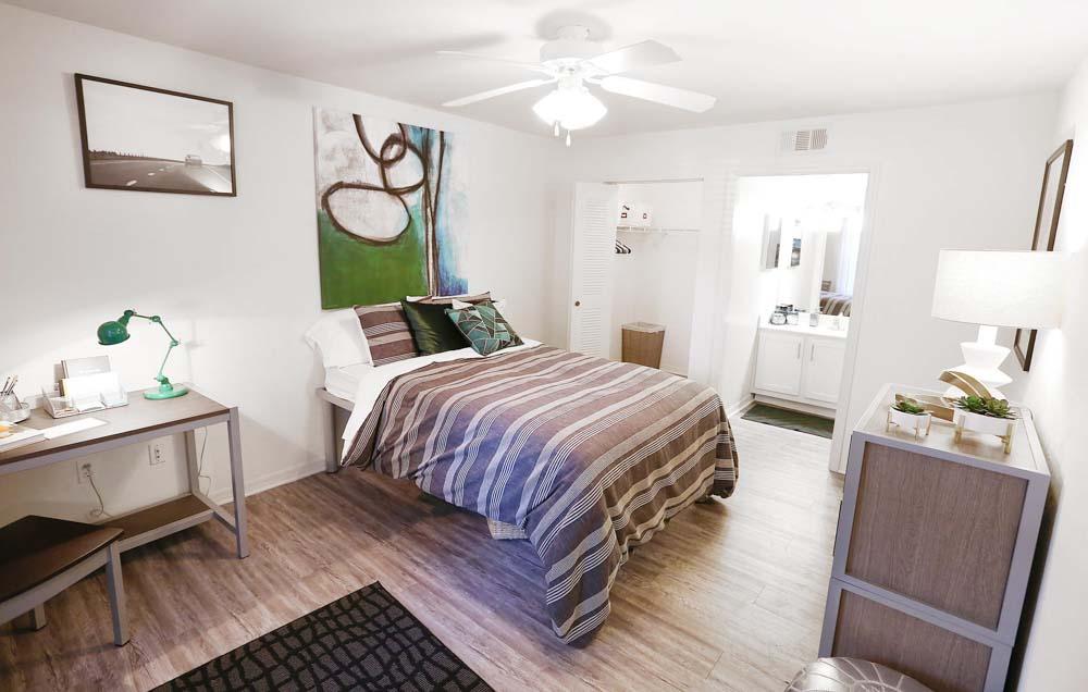 Mercury-3100-Orlando-FL-Bedroom-With-Study-Desk-Unilodgers