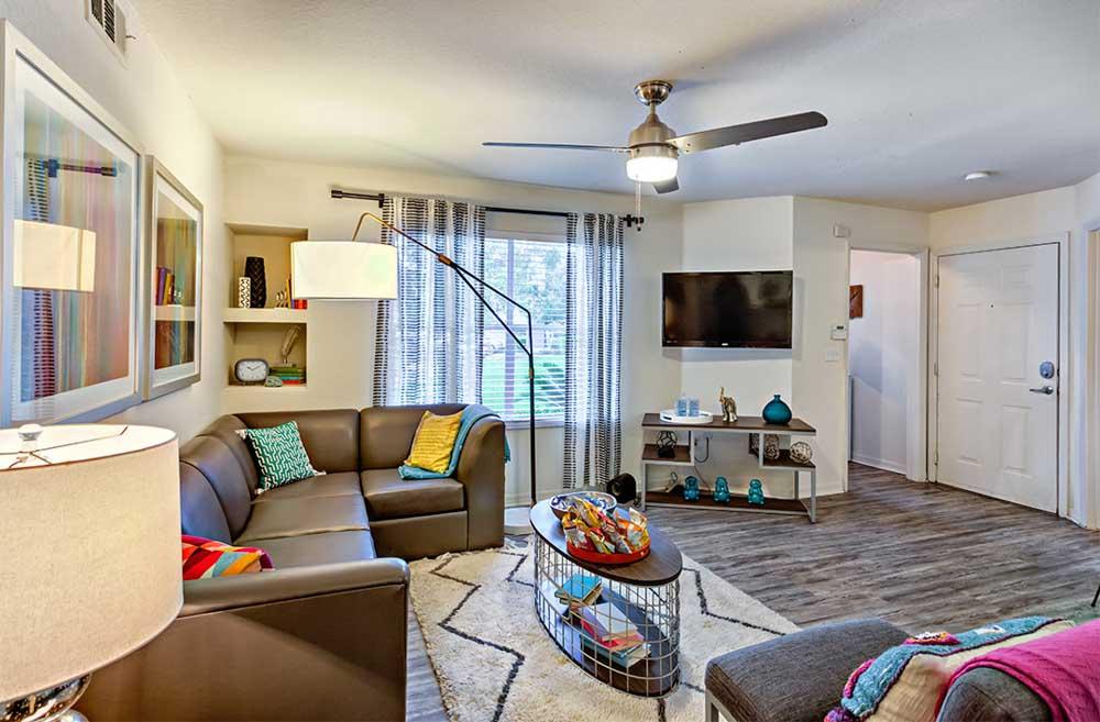 Mercury-3100-Orlando-FL-Living-Area-With-TV-Unilodgers