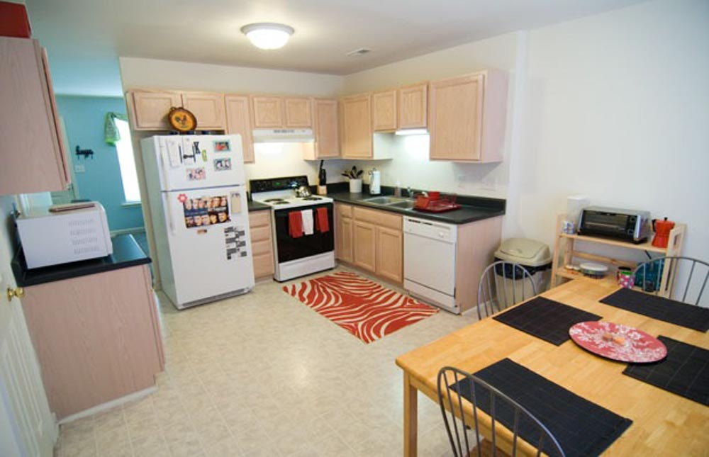 Method-Townhomes-Raleigh-NC-Kitchen-With-Dining-Table-Unilodgers