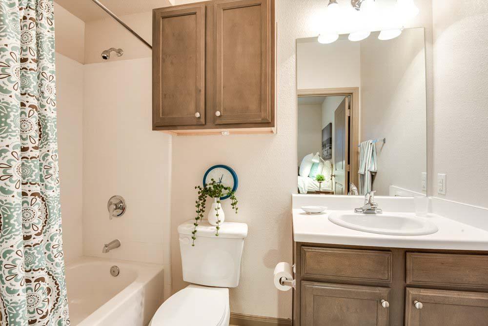 Midtown-Corpus-Christi-TX-Bathroom-Unilodgers