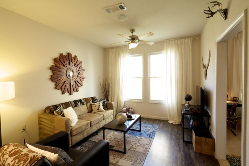 Mustang-Ranch-Stephenville-TX-Living-Room-Unilodgers
