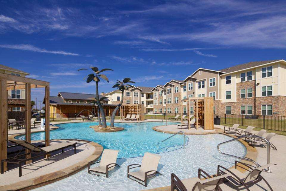 Mustang-Ranch-Stephenville-TX-Poolside-Unilodgers