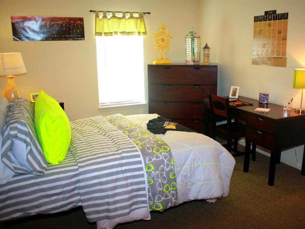 Mustang-Village-Wichita-Falls-TX-Bedroom-With-Study-Desk-Unilodgers
