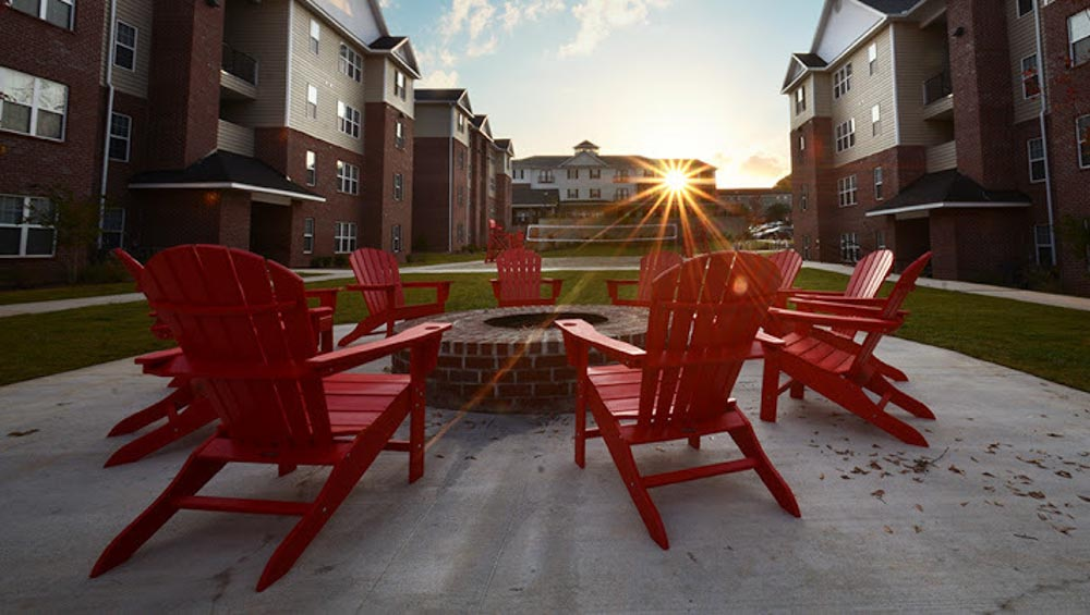 Mustang-Village-Wichita-Falls-TX-Outdoor-Courtyad-Fire-Pit-1-Unilodgers