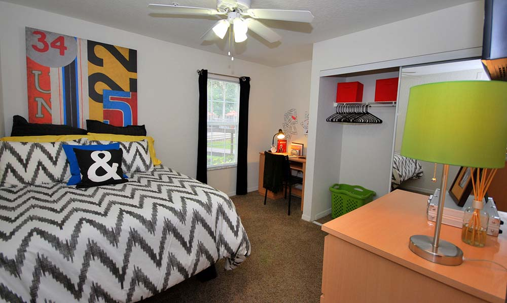 Northgate-Lakes-Orlando-FL-Bedroom-With-Study-Desk-Unilodgers