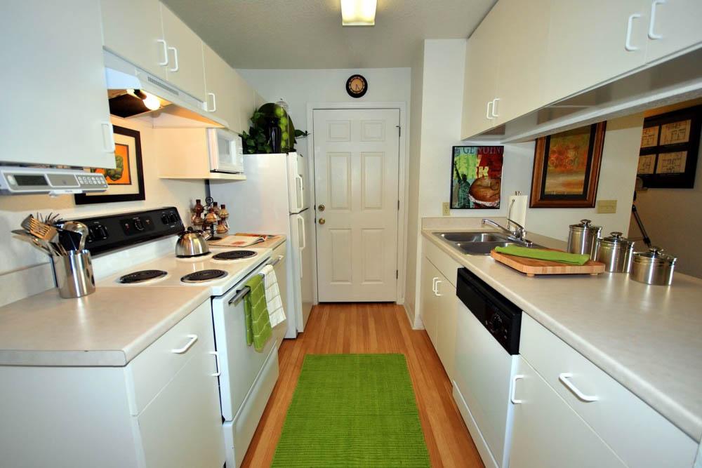 Northgate-Lakes-Orlando-FL-Kitchen-With-Fridge-Unilodgers