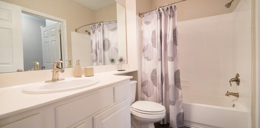 Oakbrook-Apartments-Baton-Rouge-LA-Bathroom-Unilodgers