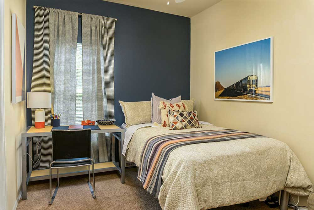 Orion-On-Orpington-Orlando-FL-Bedroom-With-Study-Desk-Unilodgers
