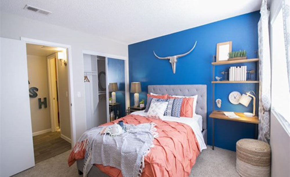 Palm-Canyon-Apartments-Tucson-AZ-Bedroom-With-Study-Desk-And-Chair-Unilodgers