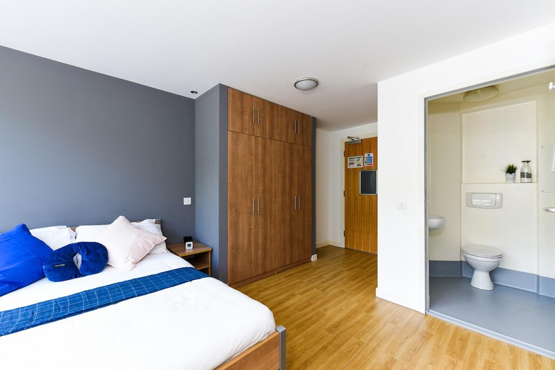 Panmure-Court-Edinburgh-Studio-With-Balcony-4-Unilodgers