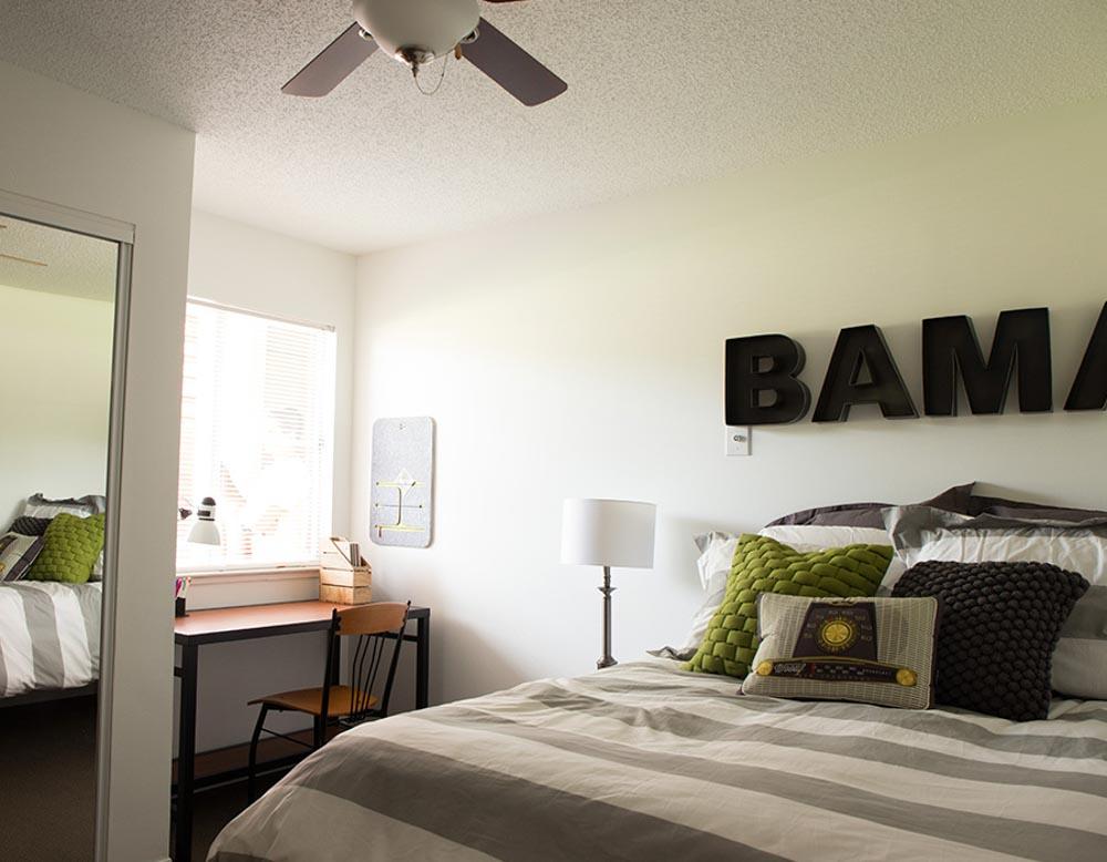Parker-301-Tuscaloosa-AL-Bedroom-With-Study-Desk-Unilodgers