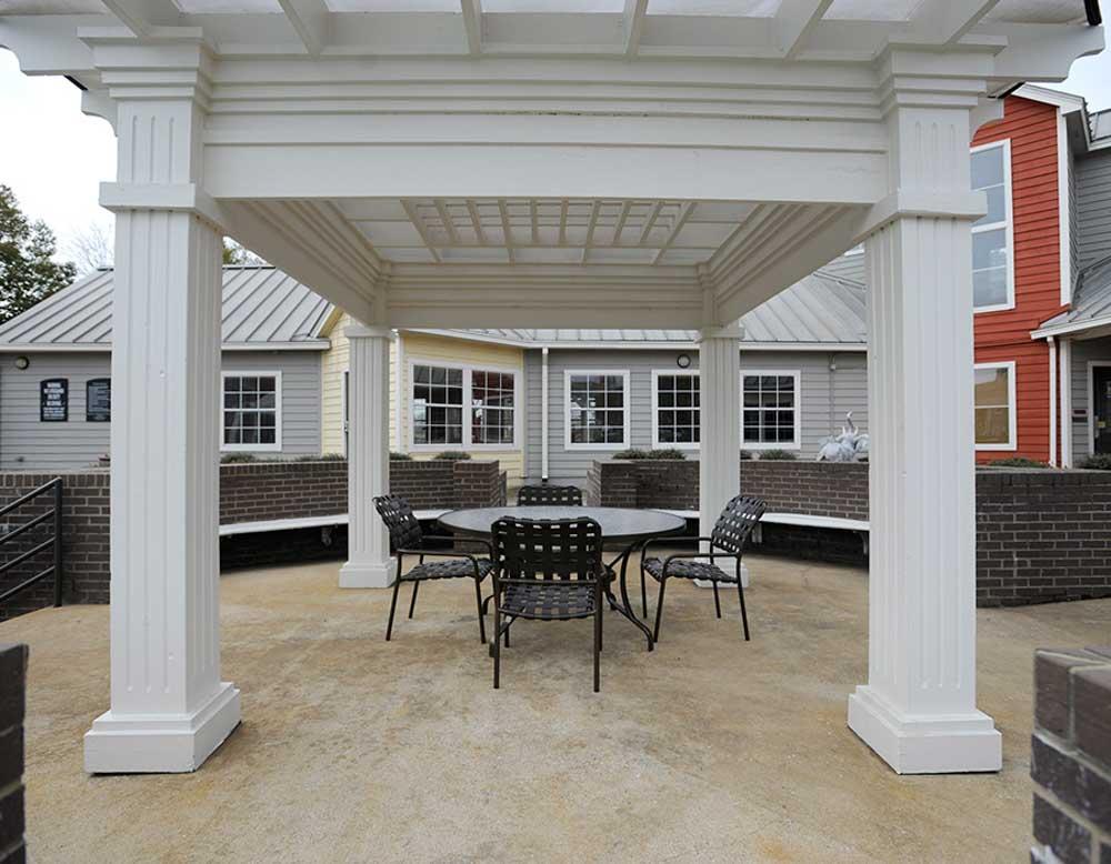 Parker-301-Tuscaloosa-AL-Outdoor-Courtyard-Unilodgers