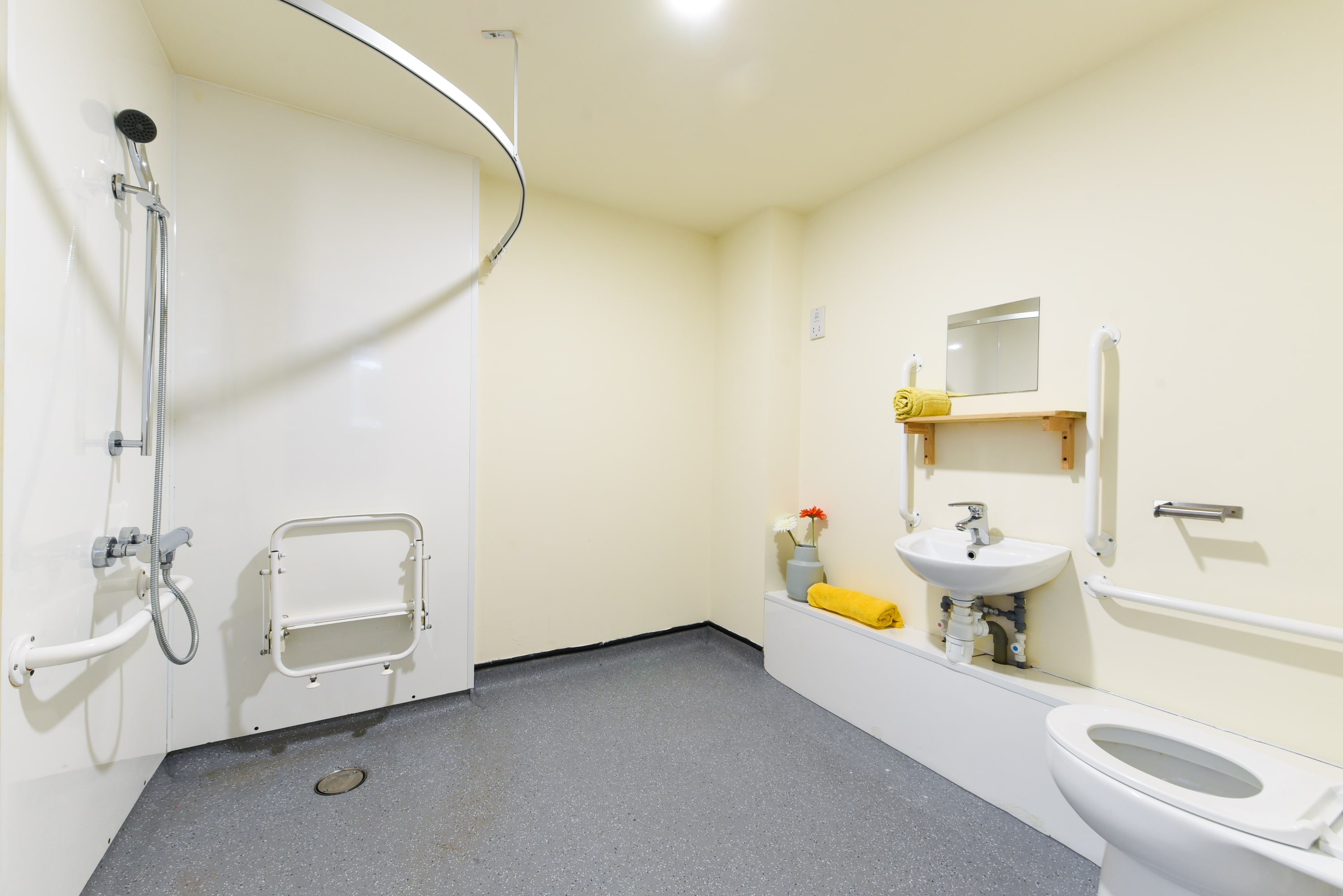 Pickering-House-Sheffield-2-Accessible-Bathroom-Unilodgers