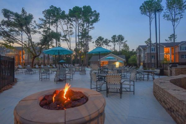 Plato's-Lofts-At-Randall-Wilmington-NC-Outdoor-Courtyard-With-Firepit-Unilodgers