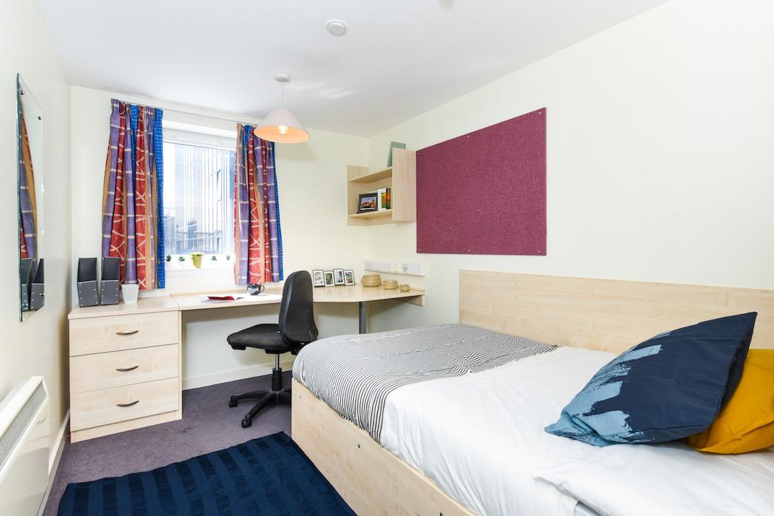 Portsburgh-Court-Edinburgh-Ensuite-8-Unilodgers