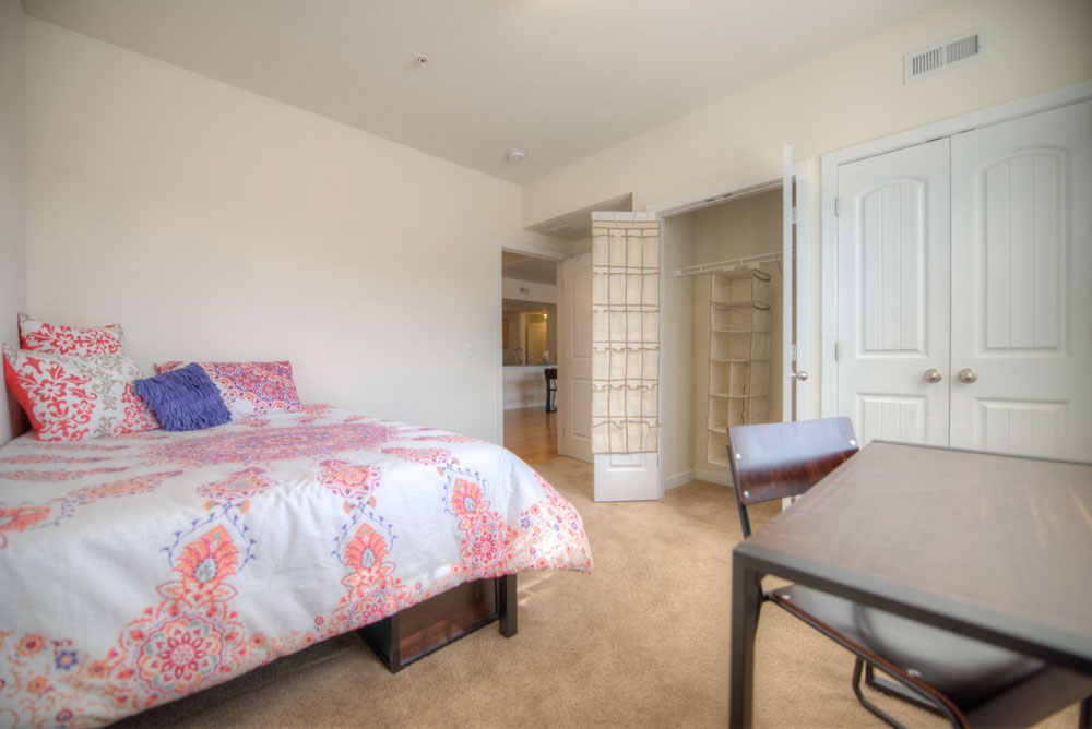 Rittenhouse-Station-Newark-DE-Bedroom-With-Study-Desk-And-Chair-Unilodgers