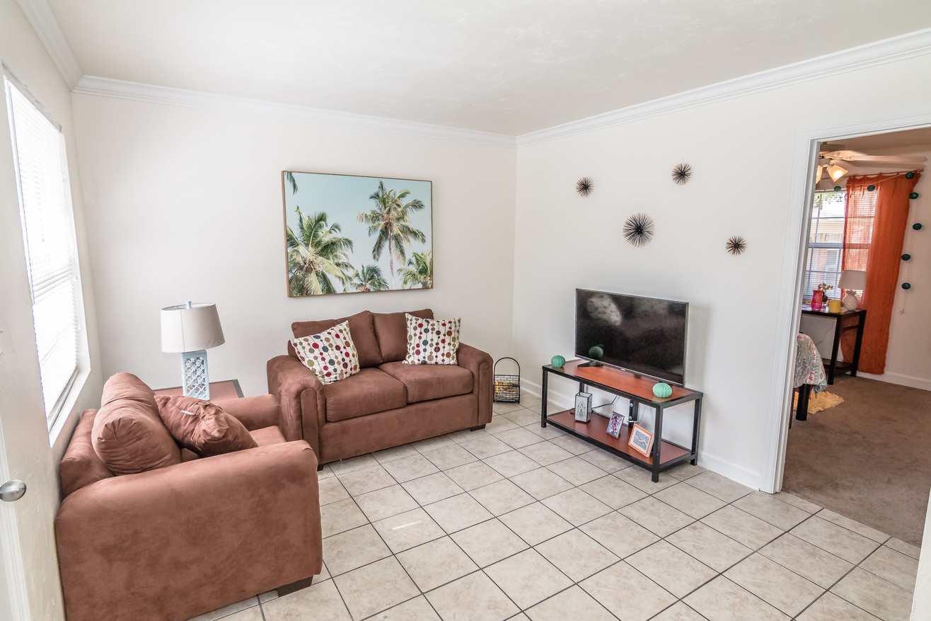 Seminole-Trails-Tallahassee-Living-Room-Unilodgers