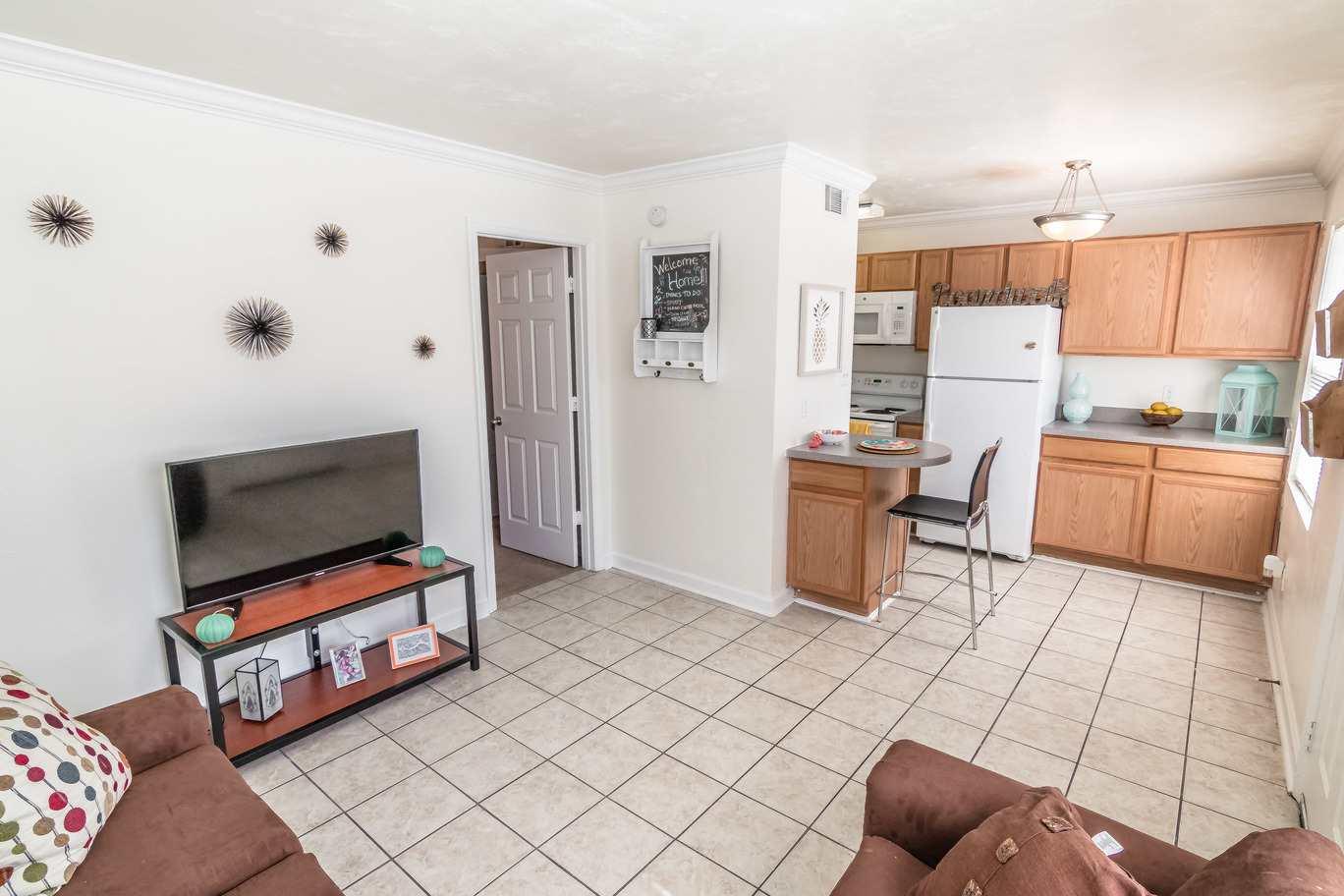 Seminole-Trails-Tallahassee-Living-Room2-Unilodgers