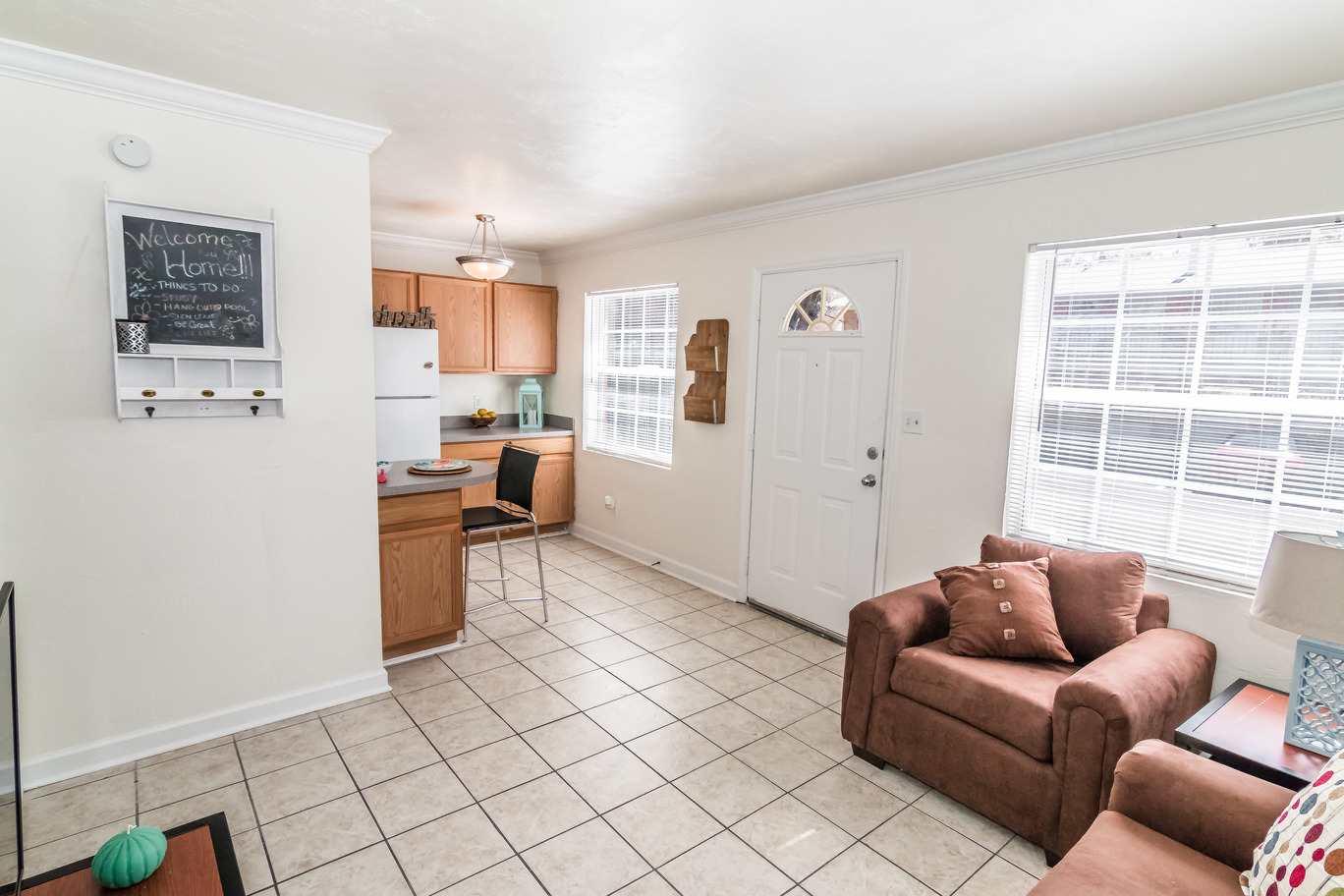 Seminole-Trails-Tallahassee-Living-Room3-Unilodgers