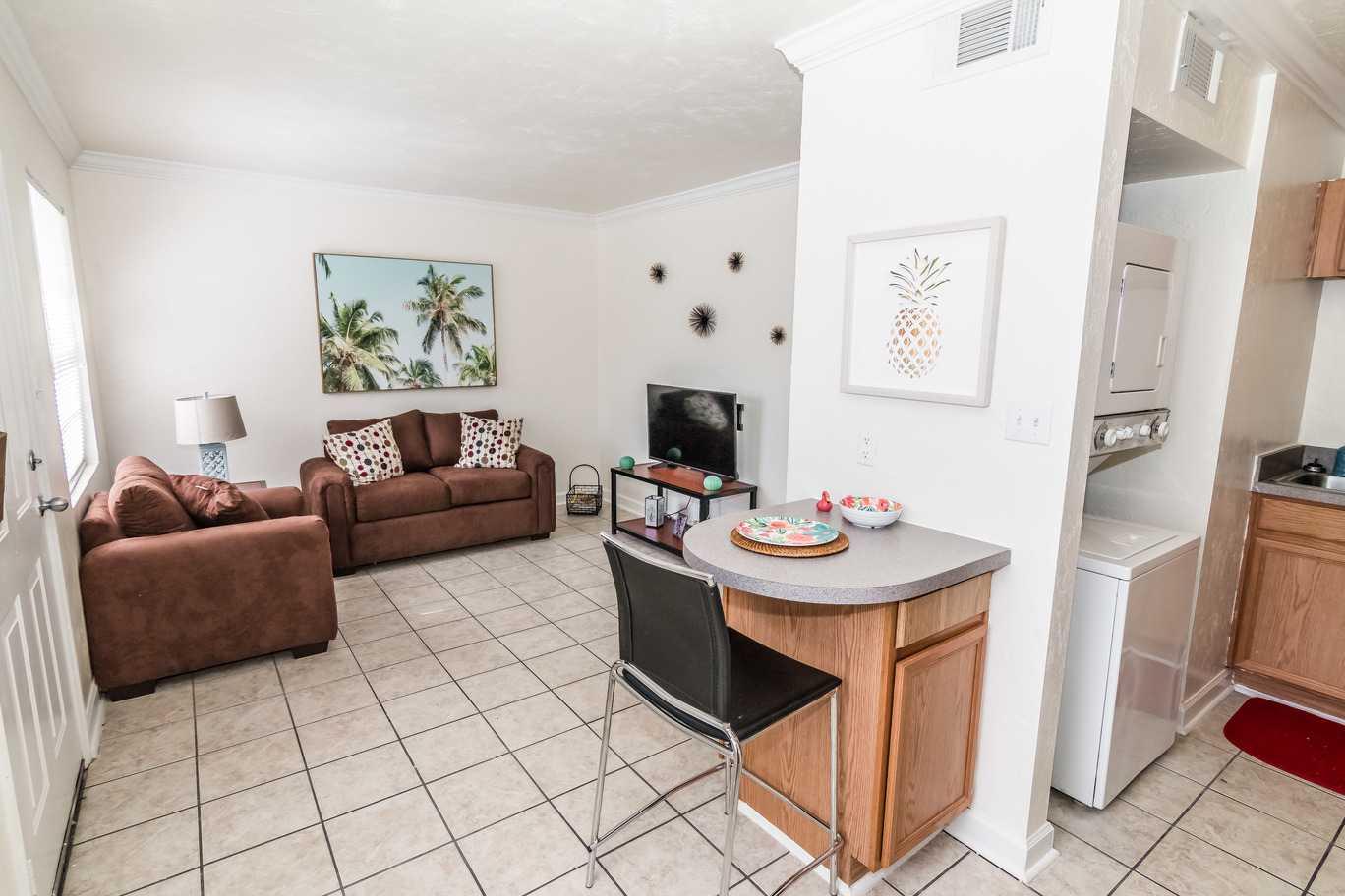 Seminole-Trails-Tallahassee-Living-Room4-Unilodgers