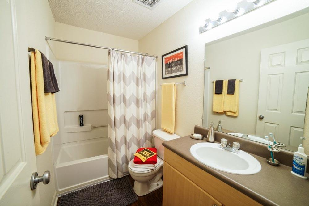 Student-Quarters-1350-Hazelwood-Murfreesboro-TN-Bathroom-Unilodgers