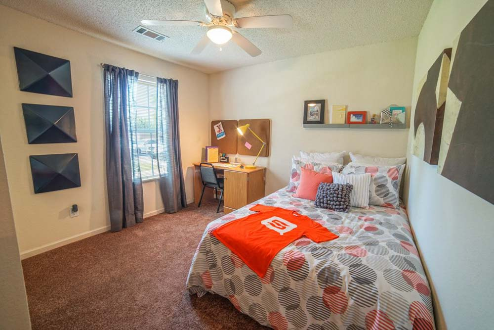 Student-Quarters-1350-Hazelwood-Murfreesboro-TN-Bedroom-With-Study-Desk-And-Chair-Unilodgers