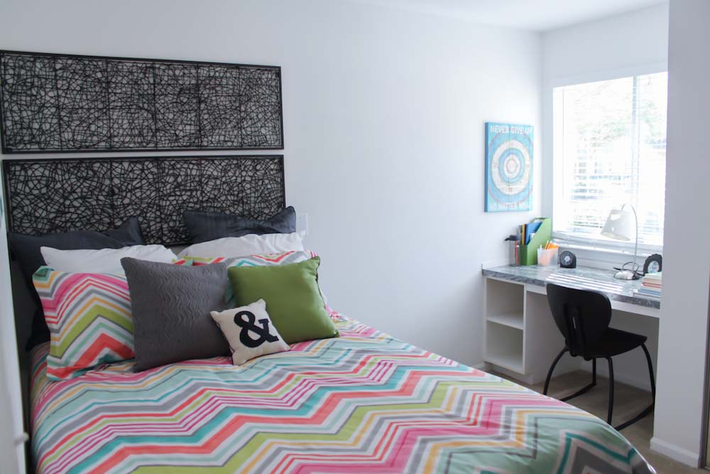 The-Armstrong-Baton-Rouge-LA-Bedroom-With-Study-Desk-Unilodgers