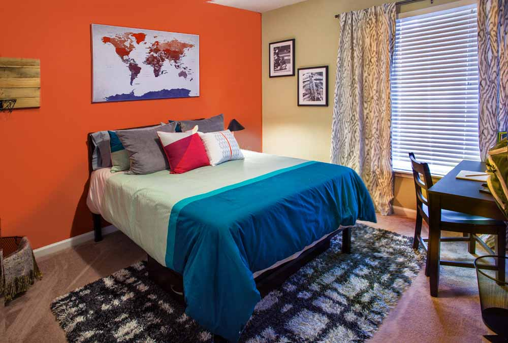 The-Beacon-Auburn-AL-Bedroom-With-Study-Desk-Unilodgers