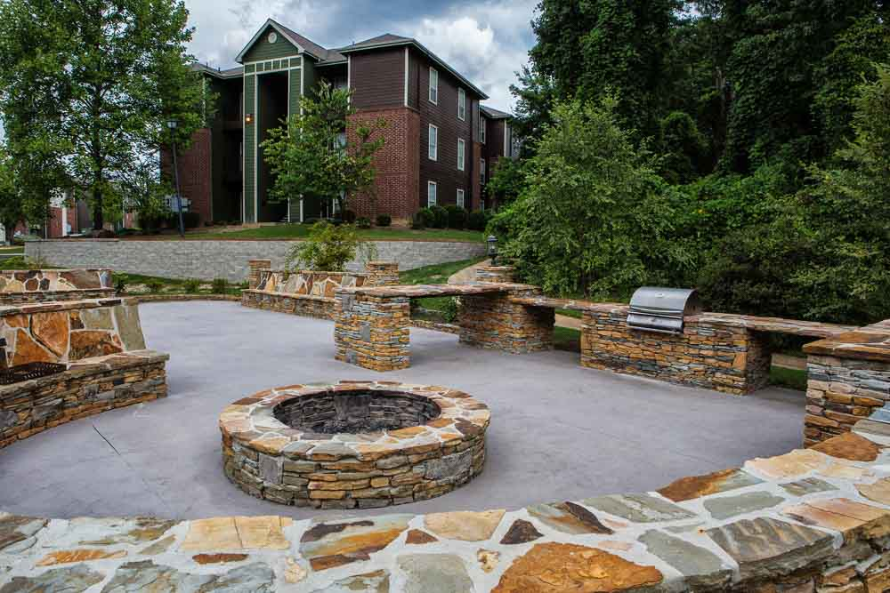 The-Beacon-Auburn-AL-Outdoor-Courtyard-With-Fire-Pit-Unilodgers