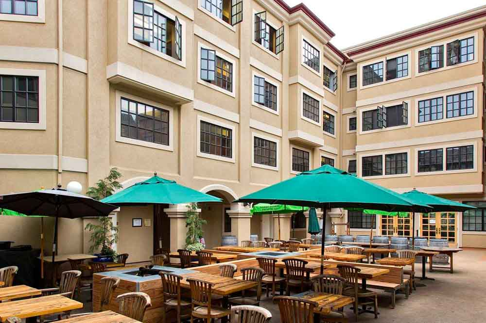 The-Berk-Berkeley-CA-Outdoor-Courtyard-Unilodgers