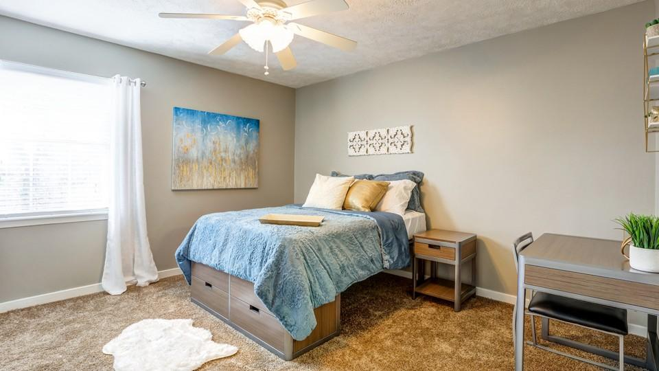 The-Block-Townhomes-Starkville-MS-Bedroom-With-Study-Desk-Unilodgers