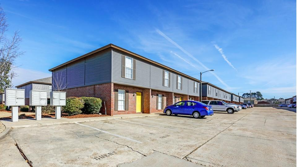 The-Block-Townhomes-Starkville-MS-Exterior-With-Car-Parking-Unilodgers